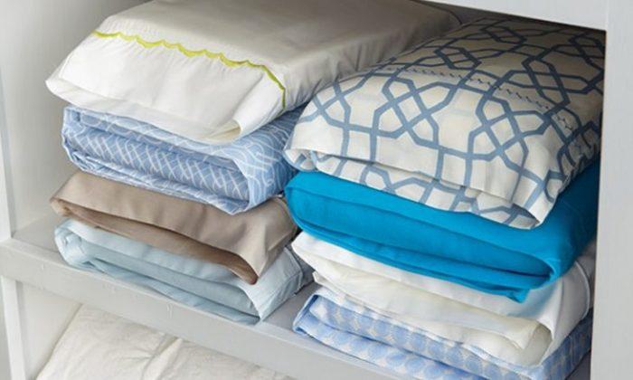 """Para ordenar as roupas de cama basta guardar todas as peças do jogo juntas e dobradas. Coloque as fronhas e o lençol de baixo, dentro do lençol de cima, formando uma espécie de """"pacote"""". (Foto: Pinterest)"""