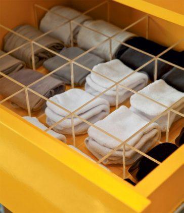 """Atenção: não faça """"bolinhas"""" com as meias! Embora seja o método que praticamente quase todo mundo faz, esse procedimento estica as tramas e pode, com o tempo, deformar a meia. Por isso, opte por juntar o par e dobrar ao meio, ou fazer um rolinho. (Foto: Pinterest)"""