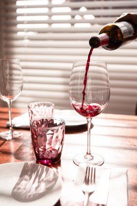 O menu também pode ter tudo a ver com essa data. Um bom vinho (não tem bebida mais romântica que essa, né?), e o prato principal, seja italiana, japonesa ou brasileira, o importante é que a escolha seja uma das favoritas de vocês. Para alguns casais, uma pizza pode ser o paraíso! (Foto: Unsplash)