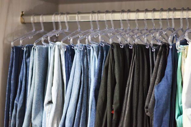 """Se as roupas forem penduradas, separe uma sequência do mesmo item, como: saias, bermudas, vestidos, calças e assim por diante, mantendo sempre um """"acumulado"""" do mesmo tipo de roupa. Isso facilitará a localização quando for vesti-las. (Foto: Pinterest)"""
