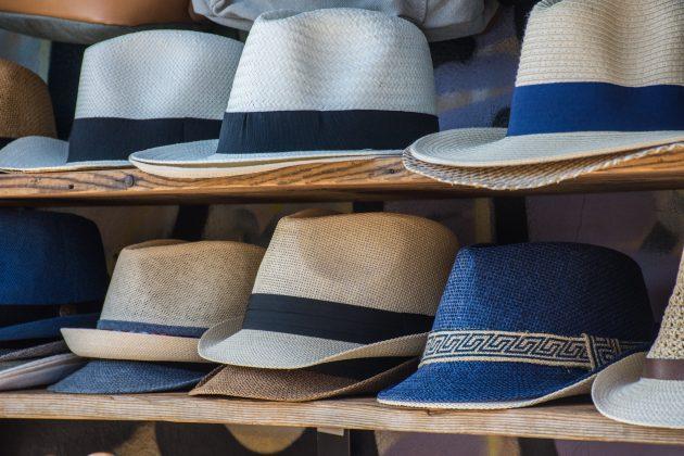 Chapéus, toucas, boicas e bonés podem ser guardados em nichos, caixas, baú (inclusive os de cama box). Se tiver pouco espaço, coloque um dentro do outro para evitar amassar. (Foto: Unsplash)