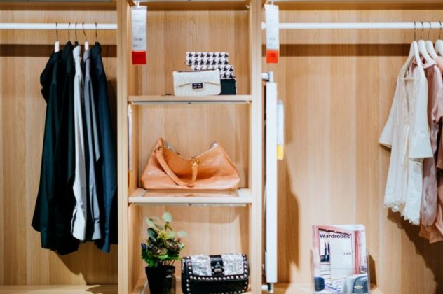 Divisórias são ótimas para mulheres que amam bolsas e tem uma coleção delas. Veja como este espaço ficou com um visual elegante. (Foto: Unsplash)