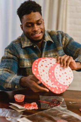 Além disso, você mesmo também pode surpreender seu amado ou sua amada e decorar tudo através de artes manuais, enfeites, rosas, balões e mimos, como chocolates, por exemplo. (Foto: Pexels)