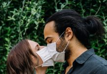 Assim como aconteceu no ano passado, o Dia dos Namorados deste ano será atípico. Afinal, com a pandemia do novo Coronavírus, os casais que antes saíam para comemorar, agora devem pensar em alternativas para celebrar o amor. (Foto: Pexels)