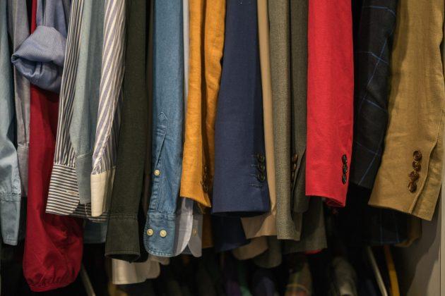Troque de lugar as roupas da estação. Se estiver no inverno, tire as de verão do cabide e dobre-as, ou coloque em caixas/ sacos plásticos space-bag. (Foto: Pexels)