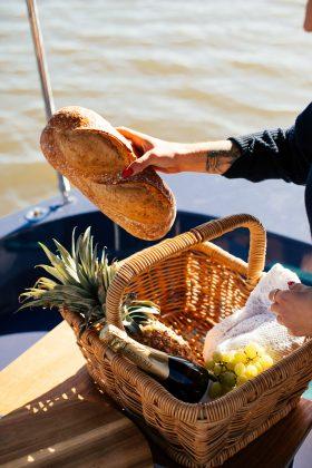 Prepare uma cesta cheia de delícias e tire muitas fotos do momento. (Foto: Pexels)