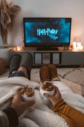 Um filme clássico ou uma série que vocês gostam também é uma boa ideia, viu? Adicione algo para comer e beber e pronto, receita para o sucesso. (Foto: Pexels)