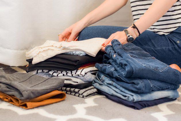 O resto que sobrou é a parte que volta para dentro do armário. Suas roupas atuais, que servem em você, que possuem bom caimento e que estão em bom estado. (Foto: Unsplash)