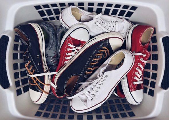 """O jeito certo de guardar um sapato (mesmo na sapateira) seria primeiro, deixar o sapato respirar. Assim que o tirar dos pés, dê um tempinho para ele """"tomar um ar"""" ou de preferência, lave-o. (Foto: Pixabay)"""